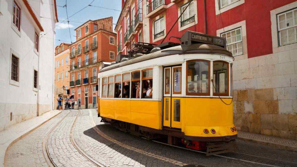lisbon itinerary street car turn