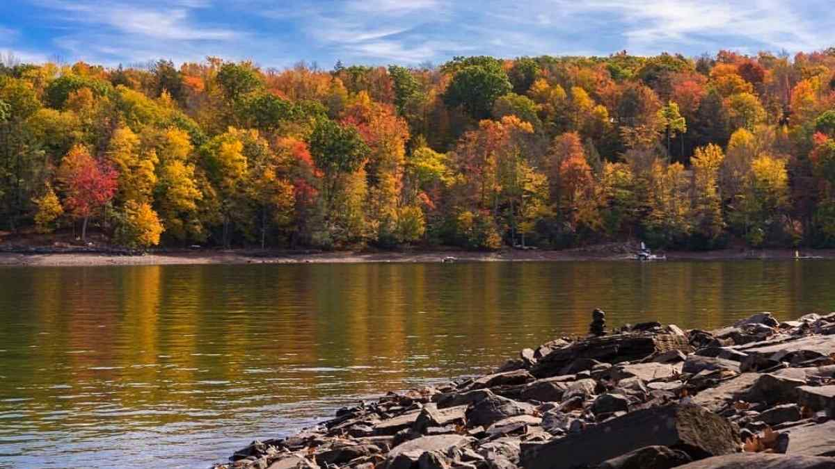 lake wallenpaupack fall foliage in the poconos