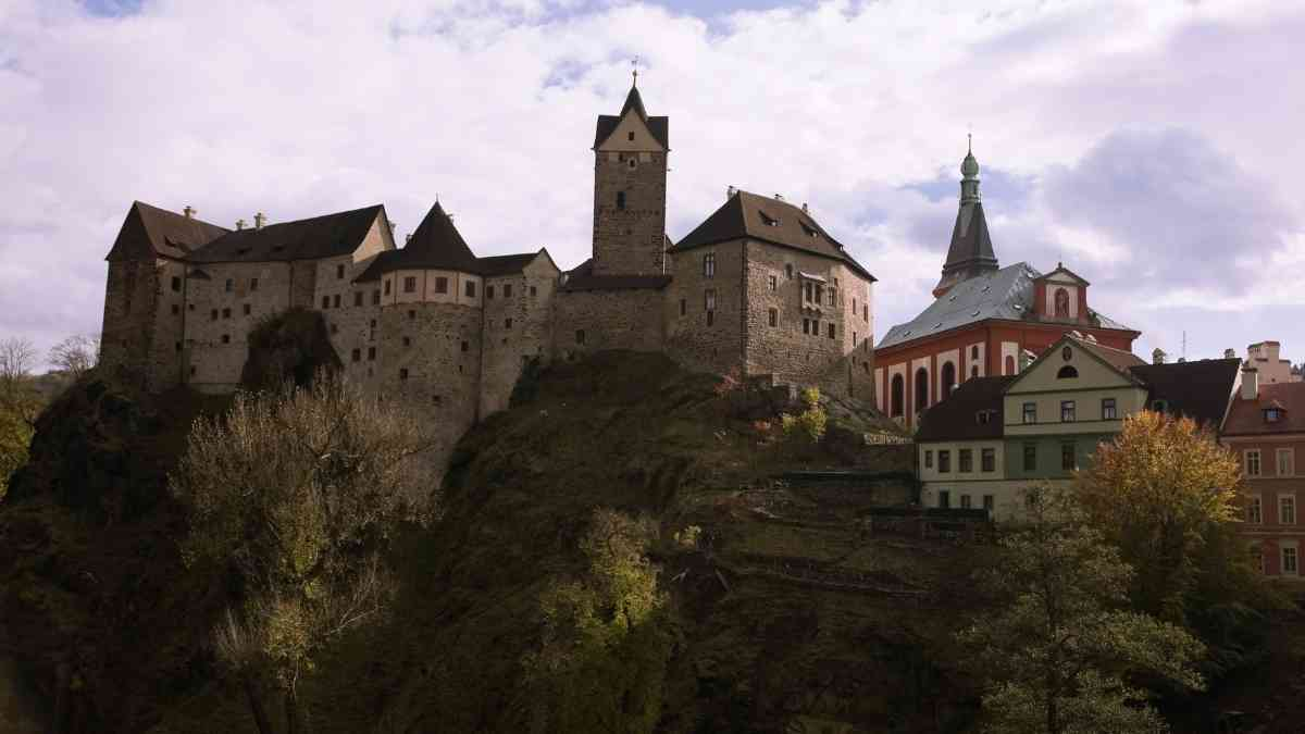 things to do in karlovy vary loket castle