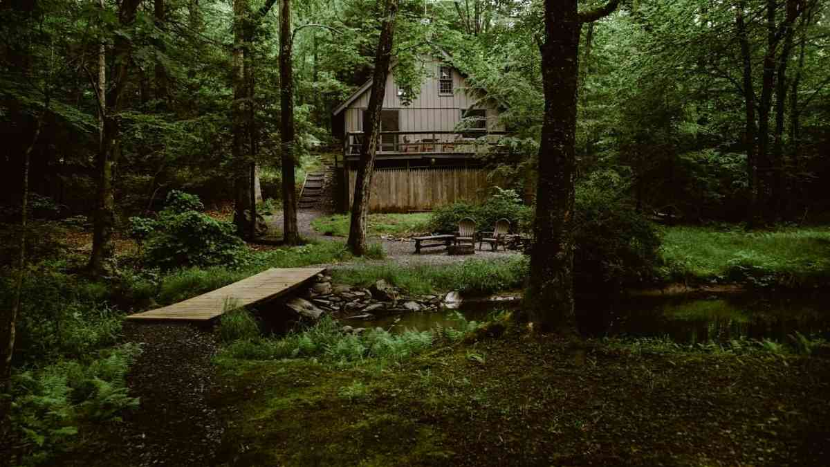 airbnb poconos romantic cabin outside