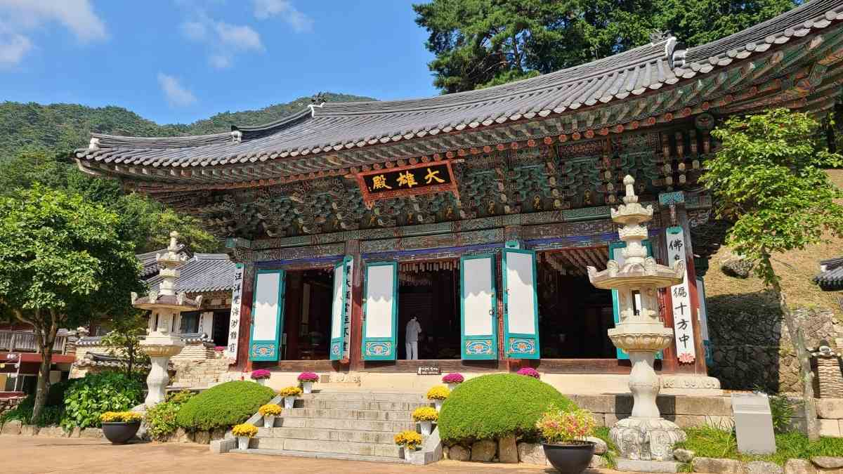 living in south korea temple